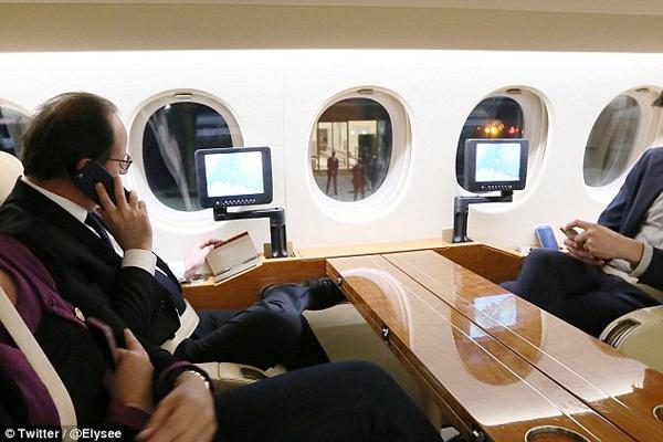 Tổng thống Pháp nói chuyện qua điện thoại với Thủ tướng Manuel Valls về vụ tấn công ở Nice. Ảnh: Twitter