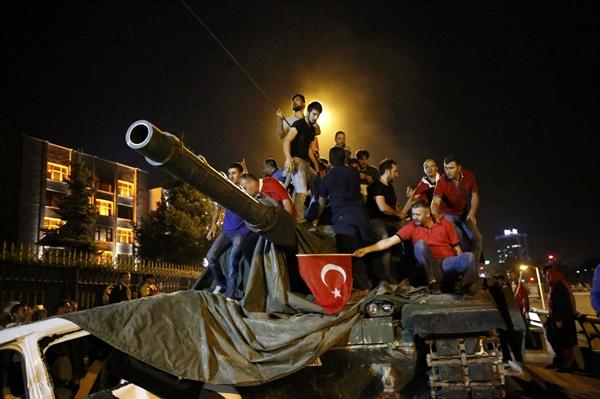 Người dân Thổ Nhĩ Kỳ đứng trên một xe tăng ở thủ đô Ankara. Ảnh: Reuters.
