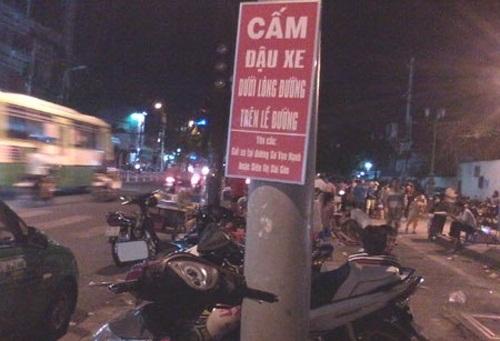 Không lấn chiếm lòng, lề đường - biển cấm, biển cấm vô nghĩa, chỉ có ở Việt Nam, cấm gì làm nấy, biển cấm có cũng như không,