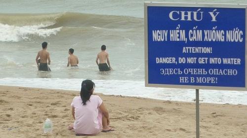 Dường như càng nguy hiểm càng thách thức sự liều lĩnh của mọi người - biển cấm, biển cấm vô nghĩa, chỉ có ở Việt Nam, cấm gì làm nấy, biển cấm có cũng như không,