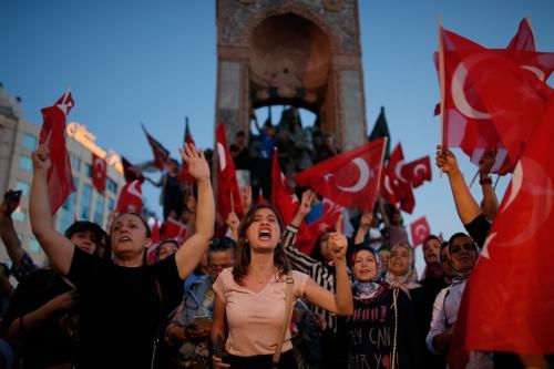 Người ủng hộ tổng thống Thổ Nhĩ Kỳ tụ tập tại quảng trường Taksim, Istanbul, phản đối đảo chính. Ảnh: AP