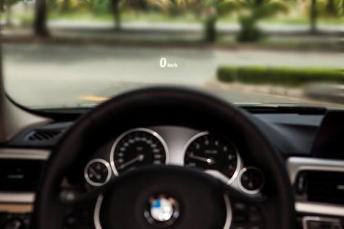 13695965 10207138871174423 837 5682 6445 1468928379 Chức năng hiển thị thông tin trên kính chắn gió được trang bị tiêu chuẩn trên BMW serie 3