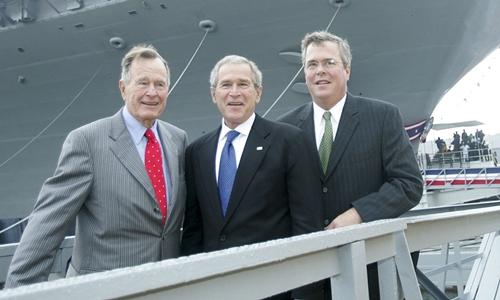 Từ trái sang, hai cựu tổng thống Mỹ George H.W. Bush, George W. Bush và