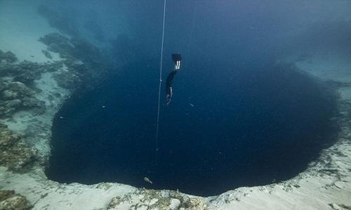 Hố xanh Dean nằm gần thị trấn Clarence Town trên đảo Long Island, Bahamas, là hố xanh sâu nhất thế giới.
