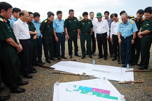 Thượng tướng Võ Văn Tuấn cùng đoàn công tác Bộ quốc phòng đến làm việc với tỉnh Bình Thuận về dự án sân bay Phan Thiết. Ảnh: Huỳnh Tư
