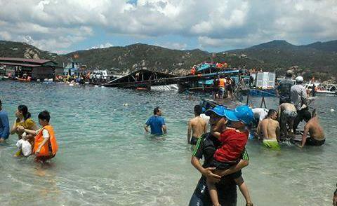 Sập nhà hàng nổi ở Ninh Thuận, hàng trăm du khách rơi xuống biển