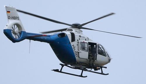 Lực lượng bắn tỉa ngồi trên trực thăng cảnh sát. Ảnh: Reuters