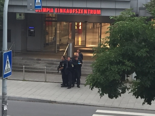 Cảnh sát có vũ trang tại Armed police at the Olympia Einkaufszentrum shopping mall in Munich, Germany