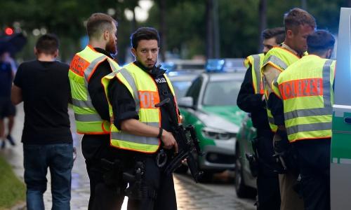 Cảnh sát đảm bảo an toàn cho con phố gần hiện trường vụ nổ súng. Ảnh: Reuters