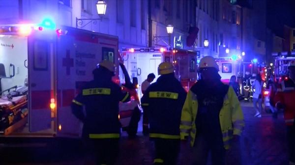 Nhân viên cùng phương tiện lực lượng cứu hộ tại hiện trường. Ảnh: Reuters.