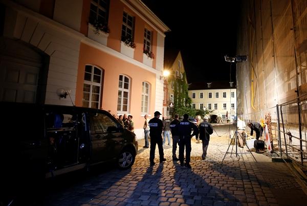 Cảnh sát phong tỏa một khu vực ở Ansbach, gần thành phố Nuremberg. Ảnh: Reuters.