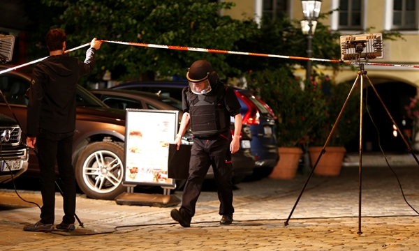 Cảnh sát phong tỏa khu vực xảy ra vụ nổ. Ảnh: Reuters.