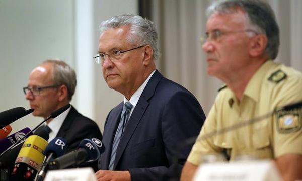 Người đứng đầu cơ quan nội vụ bang Baravia Joachim Herrmann (giữa). Ảnh: AP.