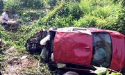 Ôtô BMW chở 7 người lao xuống vực