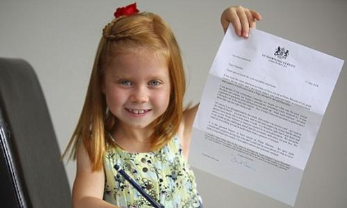 Charlotte McLellan nhận được thư hồi âm của cựu thủ tướng Anh David Cameron. Ảnh: Mail Online.