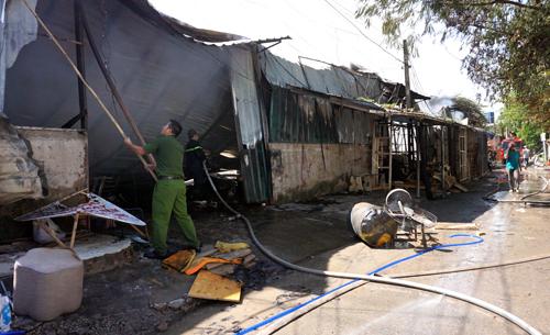 Đám cháy thiêu rụi toàn bộ nhà xưởng rộng khoảng 1.000 m2. Ảnh: Nguyệt Triều
