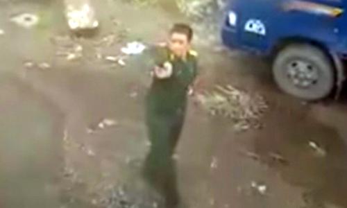 Quân nhân cầm súng dọa bắn tài xế. Ảnh: Cắt từ clip