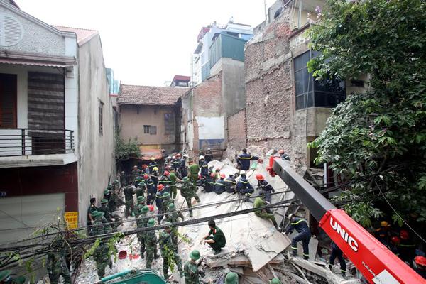 Sập nhà 3 tầng gần phố cổ Hà Nội, 2 người chết 1
