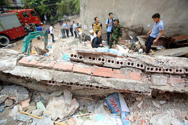 Sập nhà 3 tầng gần phố cổ Hà Nội, 2 người chết 3