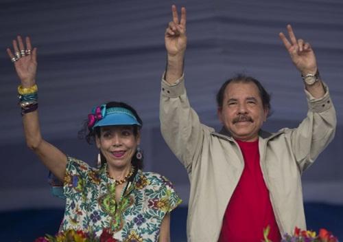 Tổng thống Nicaragua Daniel Ortega (phải) và đệ nhất phu nhân Rosario Murillo trong một sự kiện năm 2015. Ảnh: