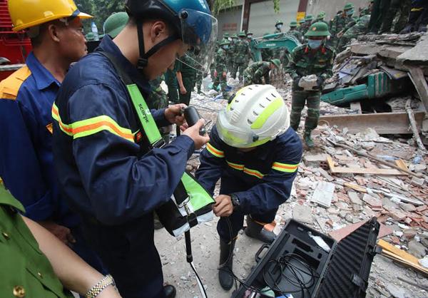 Sập nhà 3 tầng gần phố cổ Hà Nội, 2 người chết 2