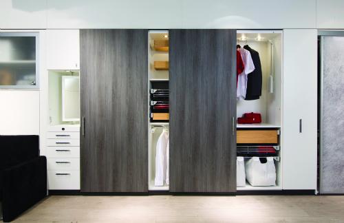 Thiết kế tủ âm tường với các phụ kiện thông minh từ thương hiệu nổi tiếng Häfele.