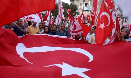 Người Thổ Nhĩ Kỳ biểu tình ủng hộ Tổng thống Recep Tayyip Erdogan hôm 5/8. Ảnh: AP.