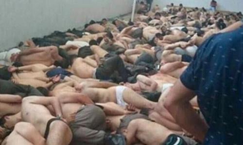 Binh sĩ tham gia đảo chính thất bại ở Thổ Nhĩ Kỳ bị giam giữ. Ảnh: Mirror.