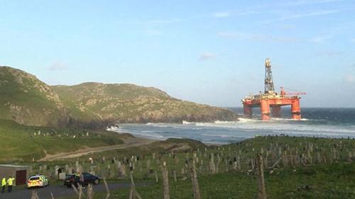 Giàn khoan dầu Transocean Winner mắc cạn gần một ngôi làng ở Dalmore, Đảo Tây, Scotland. Ảnh: BBC