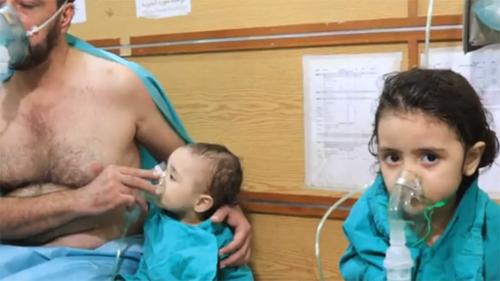 [Caption]Đàn ông, phụ nữ và trẻ em được các nhân viên y tế đeo mặt nạ oxy.