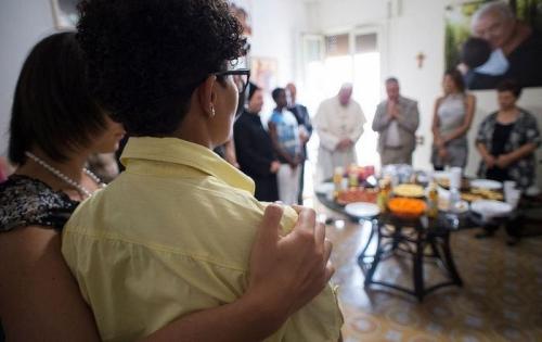 Các nạn nhân được giải cứu gặp Giáo hoàng Francis. Ảnh: AFP