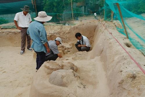 Các di chỉ nằm rãi rác trong khu hố đào.