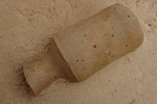Ly gốm cao 25cm có hoa văn được phát hiện ở khu di tích này. Ảnh: Tư Huynh