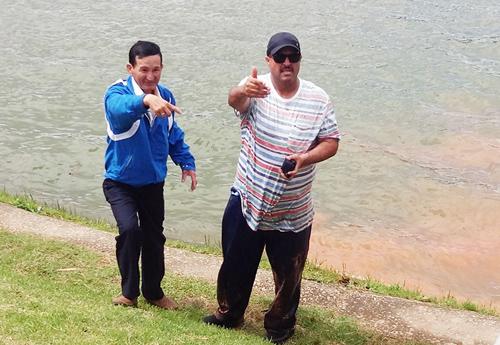 Ông Tây lao xuống hồ Xuân Hương cứu bé trai bị gió thổi bay