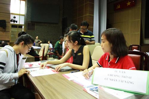 Hàng nghìn thí sinh hối hả nộp hồ sơ xét tuyển bổ sung