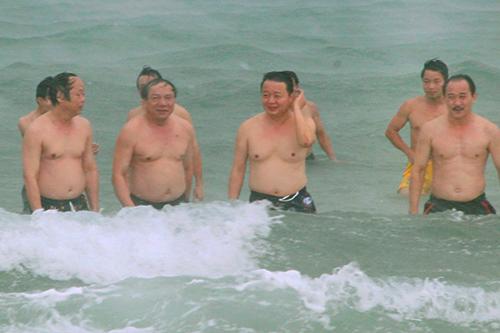 Bộ trưởng Tài nguyên và Môi trường Trần Hồng Hà (thứ 3 từ trái sang) cùng thứ trưởng Võ Tuấn Nhân (bìa trái) tắm biển Cửa Việt. Ảnh: Quang Hà.