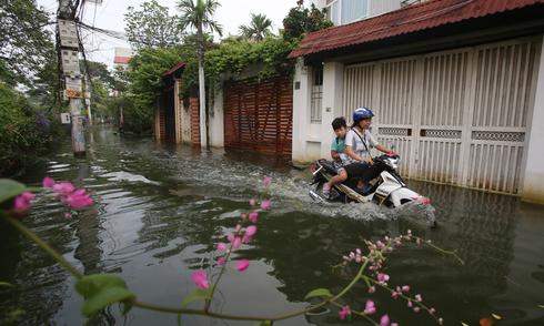 5 ngày sau bão, nhiều nhà dân ở Hà Nội vẫn ngập sâu