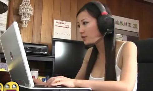 Người đẹp đập nát máy tính vì bị lỗi khi chơi game