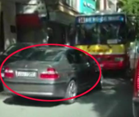 Ứng xử khác thường của người Việt: Ép ôtô sai làn phải chạy lùi