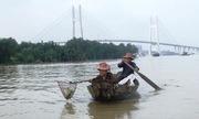 Đôi vợ chồng già mót ve chai mưu sinh trên sông Sài Gòn