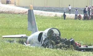 Máy bay quân sự cày lan can quốc lộ rồi lao xuống ruộng