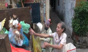 Bà lão hơn 10 năm quét dọn khu phố không công