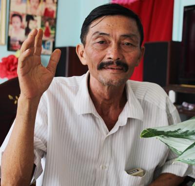 Cha ruột anh Tuấn cho biết phải đi vay mượn hơn 40 triệu đồng cho con trai đóng an phí kiện ra tòa. Ảnh: Phúc Hưng