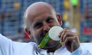 Vận động viên Olympic bán huy chương bạc để cứu bé trai bị ung thư