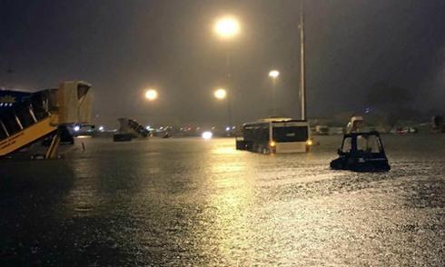 Sân bay Tân Sơn Nhất bị ảnh hưởng sau mưa lớn ở TP HCM