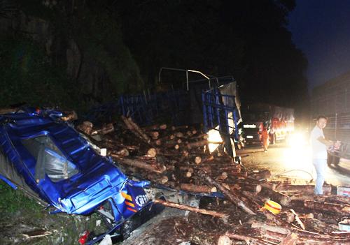 Đâm vách núi đèo Bảo Lộc, cabin xe tải bị hất văng