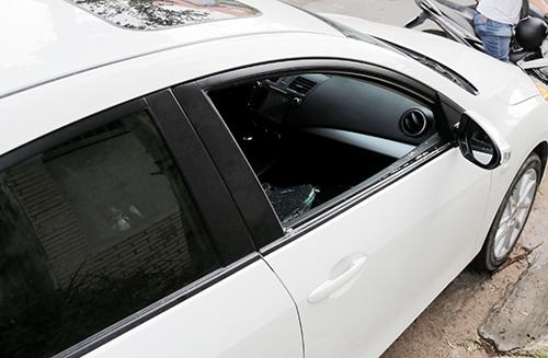 Chiếc xe anh Toàn bị đập vỡ kính. Ảnh: Nguyệt Triều