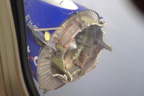 Hành khách chụp hình ảnh động cơ chuyến bay 3472 của Southwest Airlines sau khi nó hạ cánh an toàn. Ảnh: WSJ