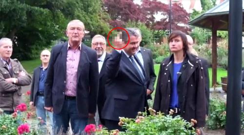 Phó thủ tướng Đức giải thích việc giơ ngón tay thối với người biểu tình - ảnh 1