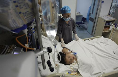Bé gái Trung Quốc trọng thương vì dùng răng mở chai nước trái cây - ảnh 1